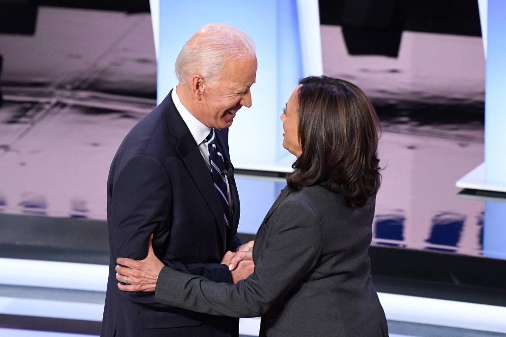 بايدن وهاريس قبل الجولة الثانية من المناظرة الديمقراطيّة التمهيدية الثانية للانتخابات الرئاسية 2020 (أ.ف.ب)