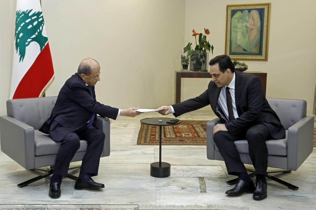 حسان دياب يقدّم استقالته إلى الرئيس ميشال عون في القصر الجمهوري في بعبدا (أ ف ب).