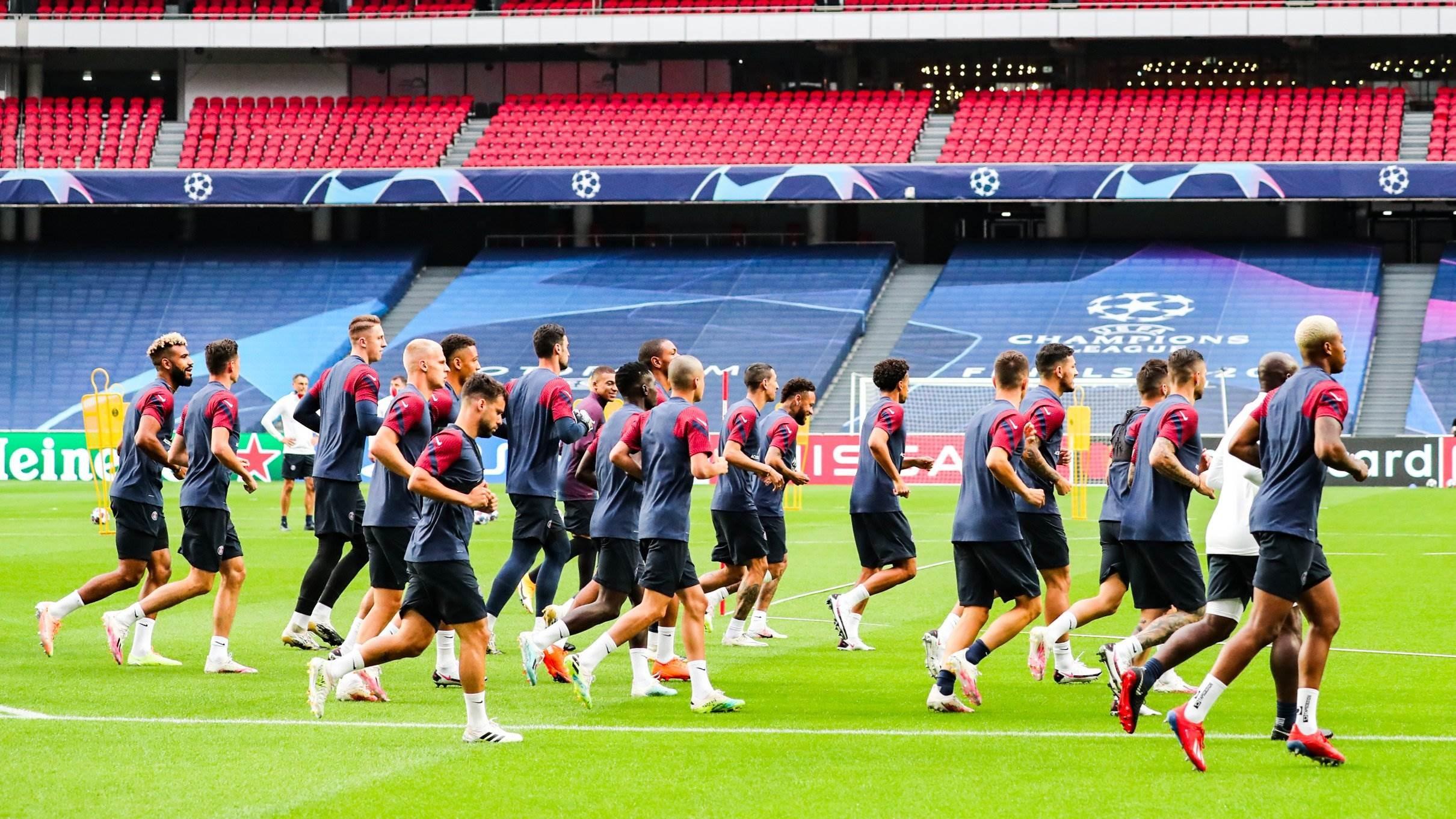 لاعبو باريس سان جيرمان في ملعب المباراة