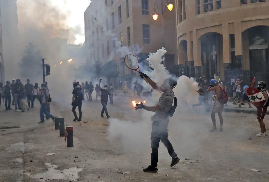 خلال اشتباكات مع قوات الأمن في محيط البرلمان وسط بيروت (أ ف ب).