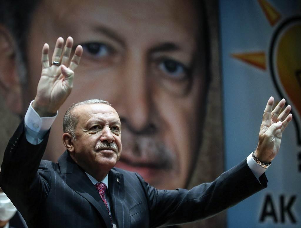 إردوغان خلال مشاركته في اجتماع رؤساء فروع حزب العدالة والتنمية بالولايات التركيّة اليوم (أ.ف.ب)