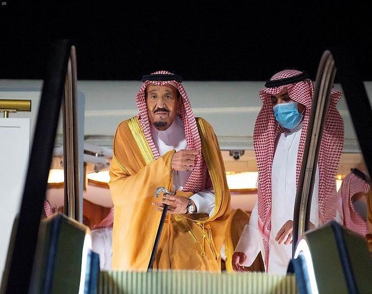 الملك السعودي واقفاً على سلم متحرك أثناء نزوله من الطائرة (واس)
