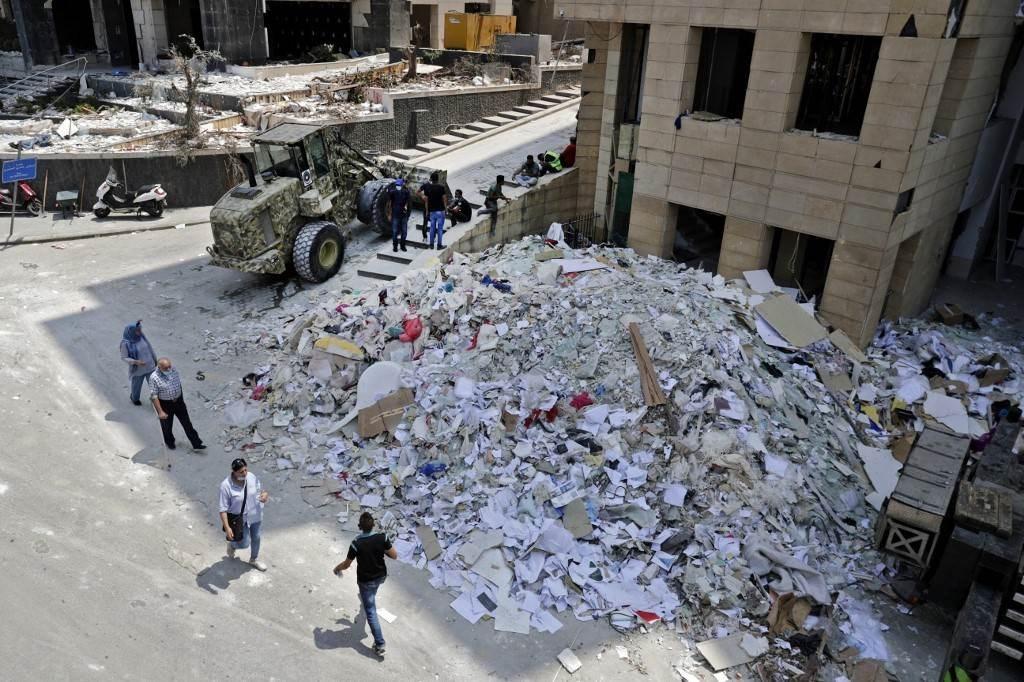 جرافة تزيل حطام في مرفأ بيروت بعد الانفجار الكارثي الذي وقع الأسبوع الماضي (أ ف ب).