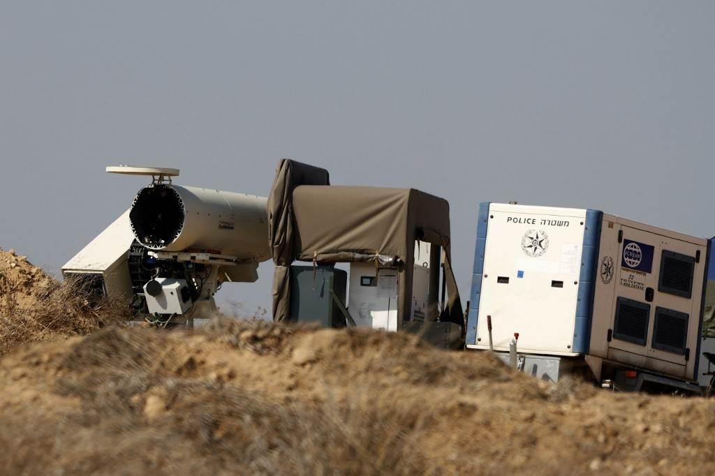 نظام الليزر الإسرائيلي المصمم لاعتراض التهديدات الحارقة المحمولة جواً من قطاع غزة (أ ف ب).