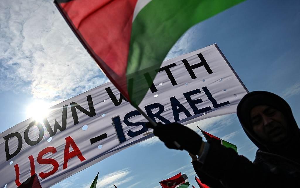 متظاهرون يلوحون بالأعلام الفلسطينية في اسطنبول للاحتجاج على صفقة القرن (أ ف ب).