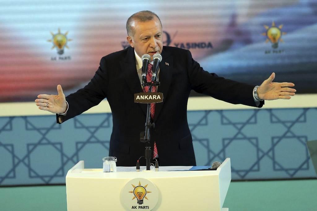 إردوغان يلقي كلمة خلال حفل الذكرى الـ19 لتأسيس حزب العدالة والتنمية في أنقرة (أ ف ب).