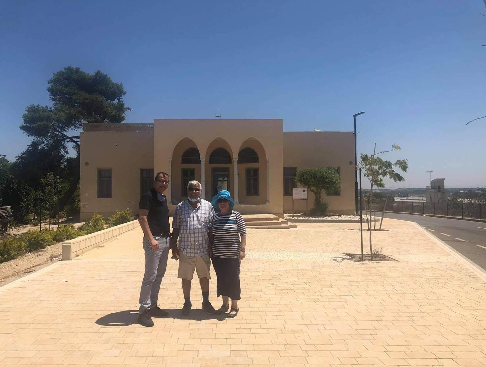 لقطة لثابت ورويدة وأبو ريا أمام منزل العلمي بهربيا
