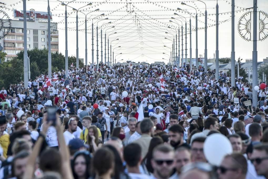 محتجون في بيلاروسيا بوسط مينسك في 16 آب/ أغسطس 2020 (أ ف ب - أرشيف)