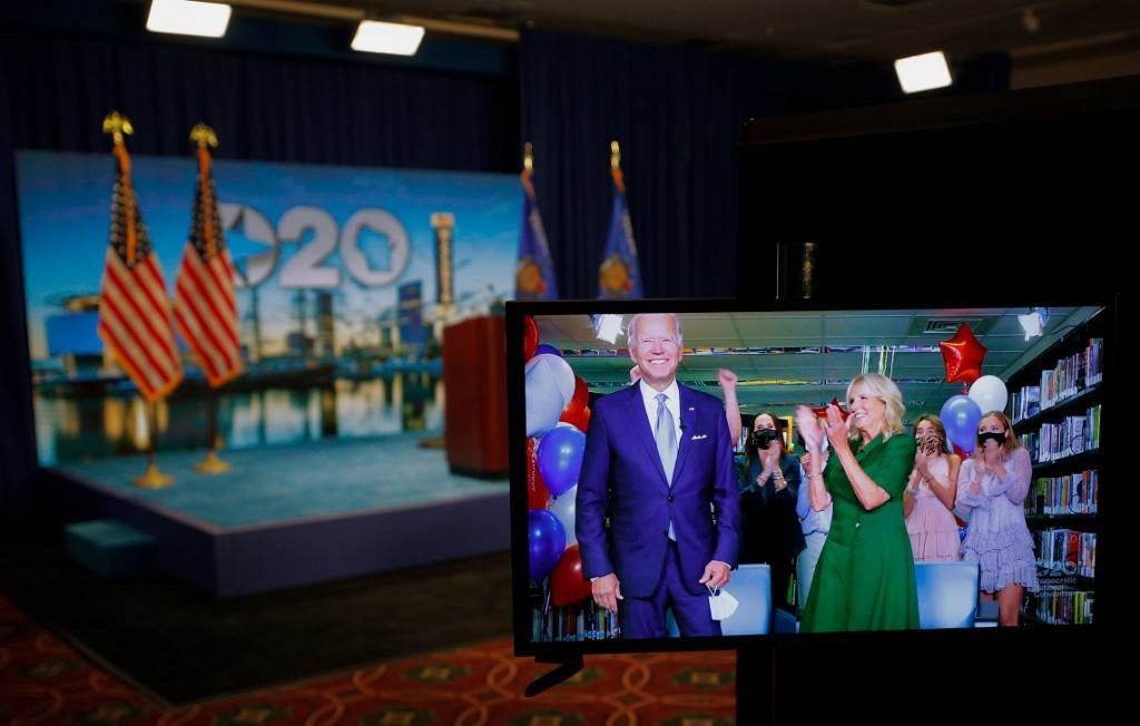 زوجة بايدن تصفق له بعد فوزه بالأصوات ليصبح مرشح الحزب الديمقراطي للرئاسة (أ ف ب).