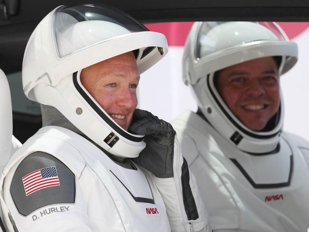 غادر بنكين وهيرلي محطة الفضاء في وقت متأخر السبت لبدء رحلتهما التي تستغرق 21 ساعة إلى الأرض (أ.ف.ب)