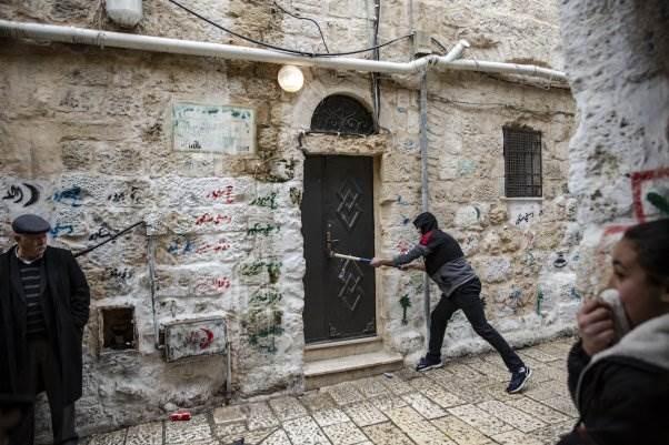 الجيش الإسرائيلي يجبر عائلة على مغادرة منزلها في شارع الدرويش في القدس.