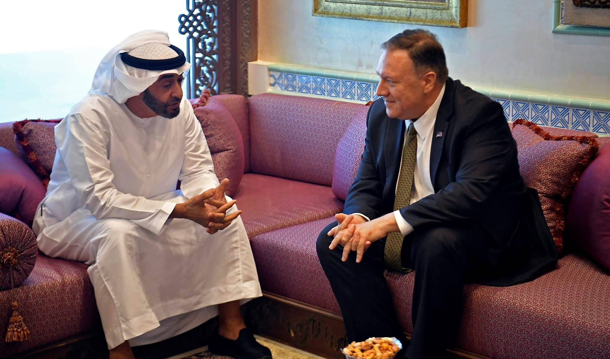وزير الخارجية الأمريكي مايك بومبيو  خلال زيارته ولي عهد أبوظبي محمد بن زايد عام 2019