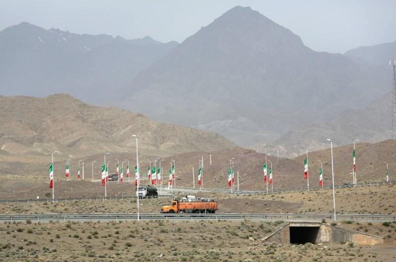 الأعلام الإيرانية مرفوعة على الطريق السريع في نطنز (Getty Images)