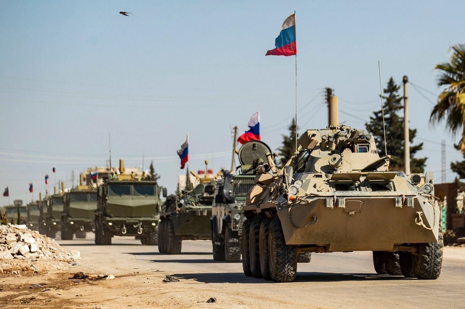 قافلة آليات عسكرية روسية في مدينة القامشلي شمال شرق سوريا يوم 9 آذار 2020 (أ.ف.ب)