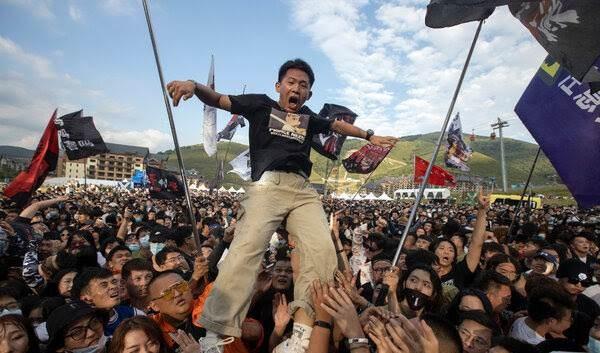 حفلة موسيقية أقيمت في تشونغلي، في مقاطعة هيبي الشمالية، الأسبوع الماضي / الصورة لوكالة أسوشيتد برس.