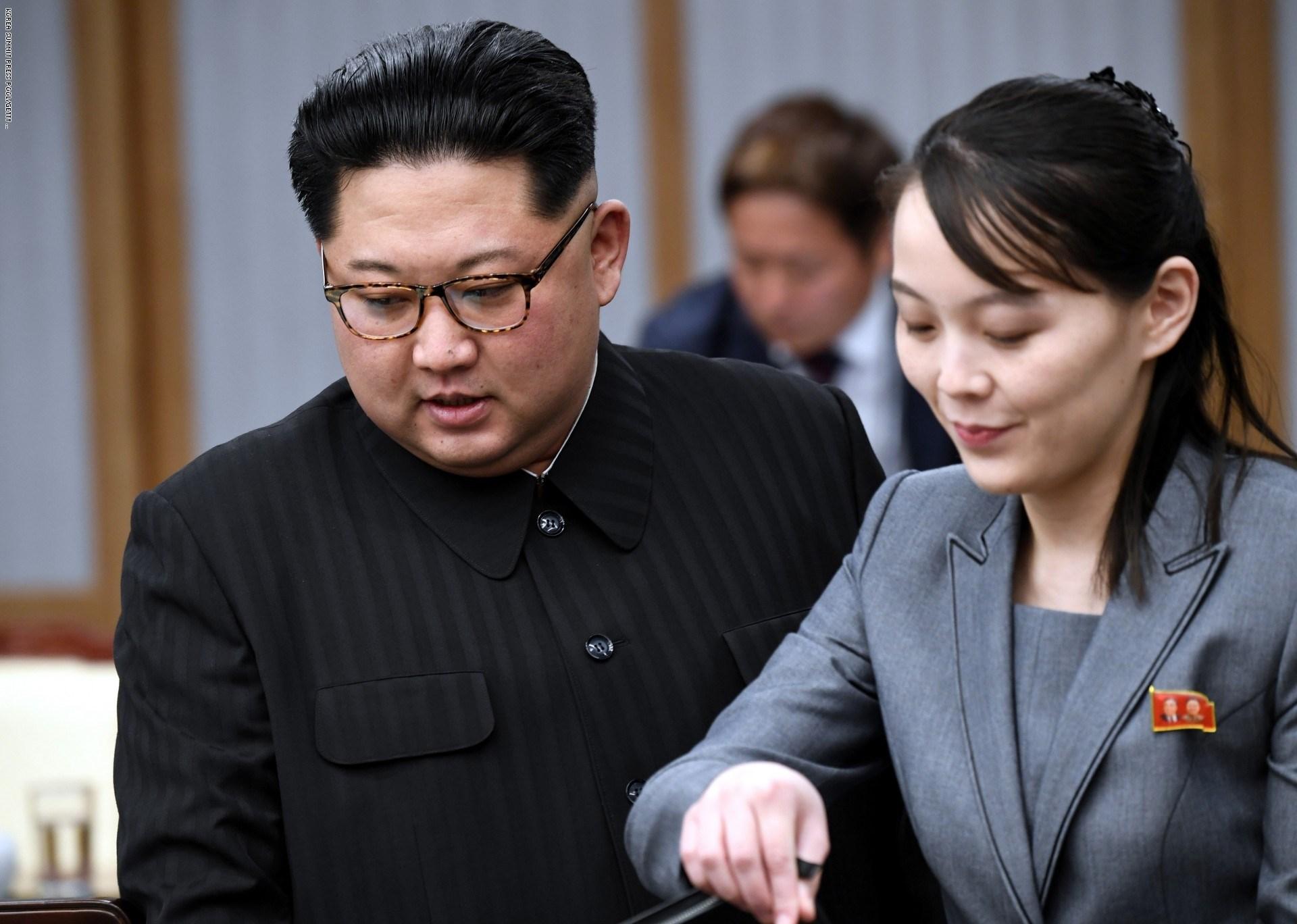 زعيم كوريا الشمالية كيم جونغ أون وشقيقته كيم يو جونغ