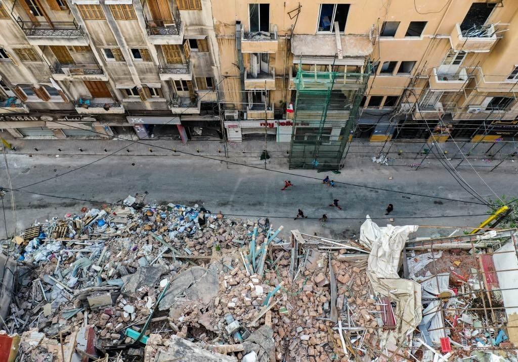 أطفال يلعبون وسط الدمار في حي الجميزة بالعاصمة اللبنانية بيروت (أ ف ب).
