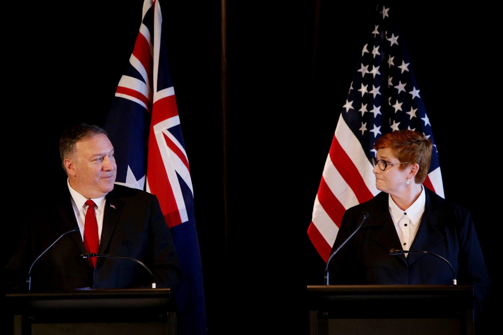 وزير الخارجية الأميركي مايك بومبيو ونظيرته الأسترالية ماريس باين خلال مؤتمر صحفي في برلمان نيو ساوث ويلز في 4 أب/أغسطس 2019
