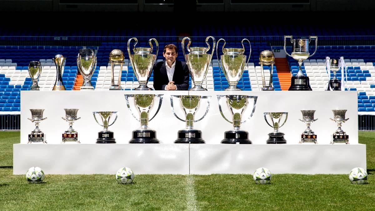 كاسياس مع الألقاب التي حققها في ريال مدريد (أرشيف)