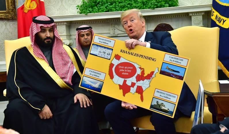 ترامب يحمل مخططاً لمبيعات الأجهزة العسكرية أثناء لقائه مع ولي العهد السعودي الأمير محمد بن سلمان في البيت الأبيض في 20 أذار/ مارس 2018