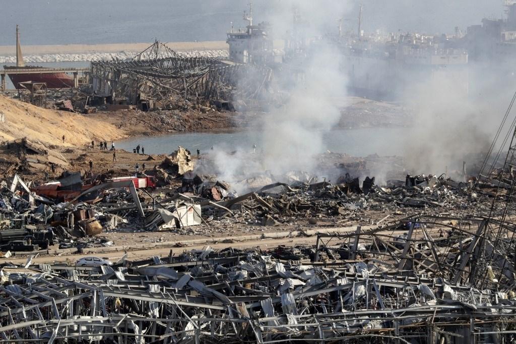 آثار الدمار في مرفأ بيروت صباح اليوم الأربعاء بعد انفجار أمس (أ.ف.ب)
