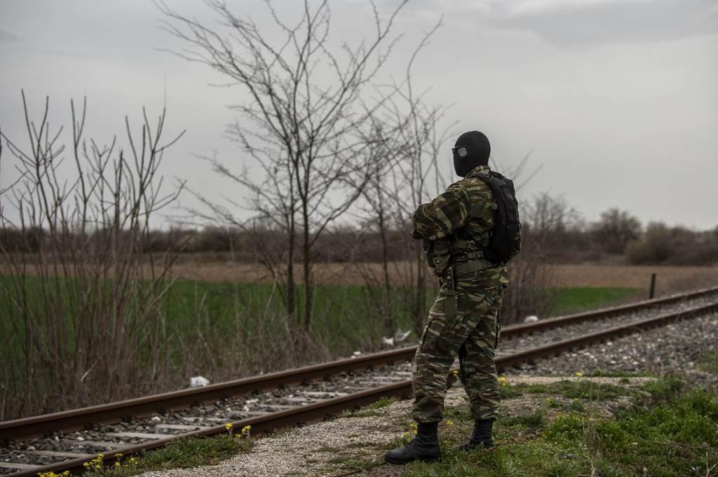 شرطي بالجيش اليوناني بالقرب من الحدود اليونانية التركية (أ ف ب).