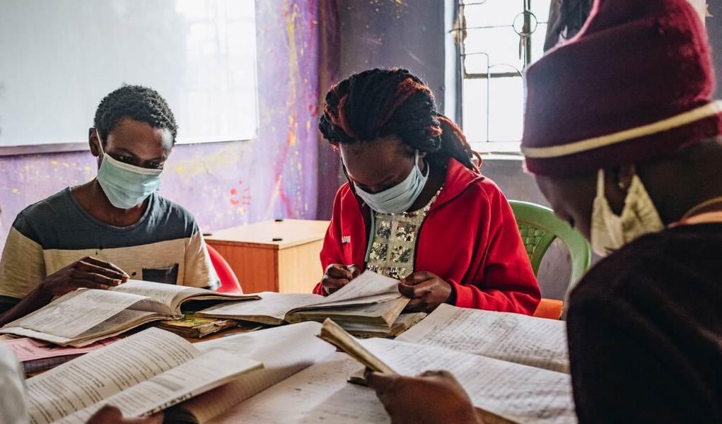 إستر أدهيامبو في الوسط تحضر دورة مراجعة في نيروبي. يجب أن تكرر سنتها الأخيرة في المدرسة الثانوية.