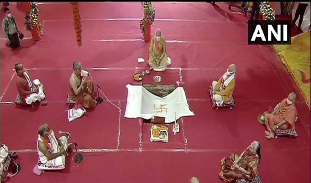 رئيس الوزراء الهندي ناريندرا مودي في معبد هندوسي جديد على أنقاض مسجد أيوديا .