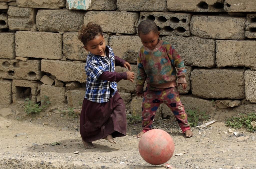 أطفال يمنيّون يلعبون بالكرة في العاصمة صنعاء خلال تموز/يوليو 2020 (أ.ف.ب)