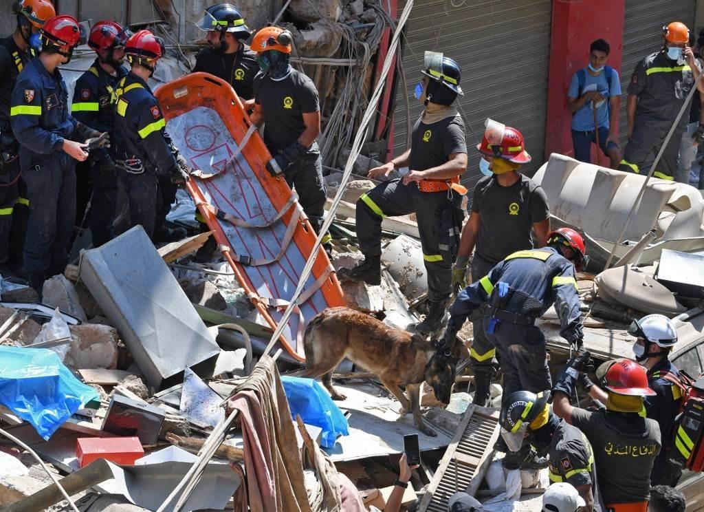 من عمليات الإغاثة في منطقة الجميزة المتضررة كثيراً في انفجار مرفأ بيروت أمس الخميس (أ.ف.ب)