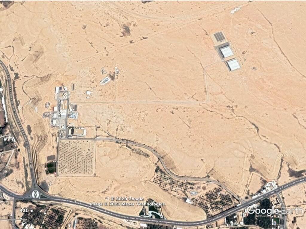 صورة تم التقاطها في 27 أيار / مايو 2020 تظهر، أعلى اليمين، مبنيين مربعين يعتقد بعض المحللين أنهما منشأة نووية سعودية.