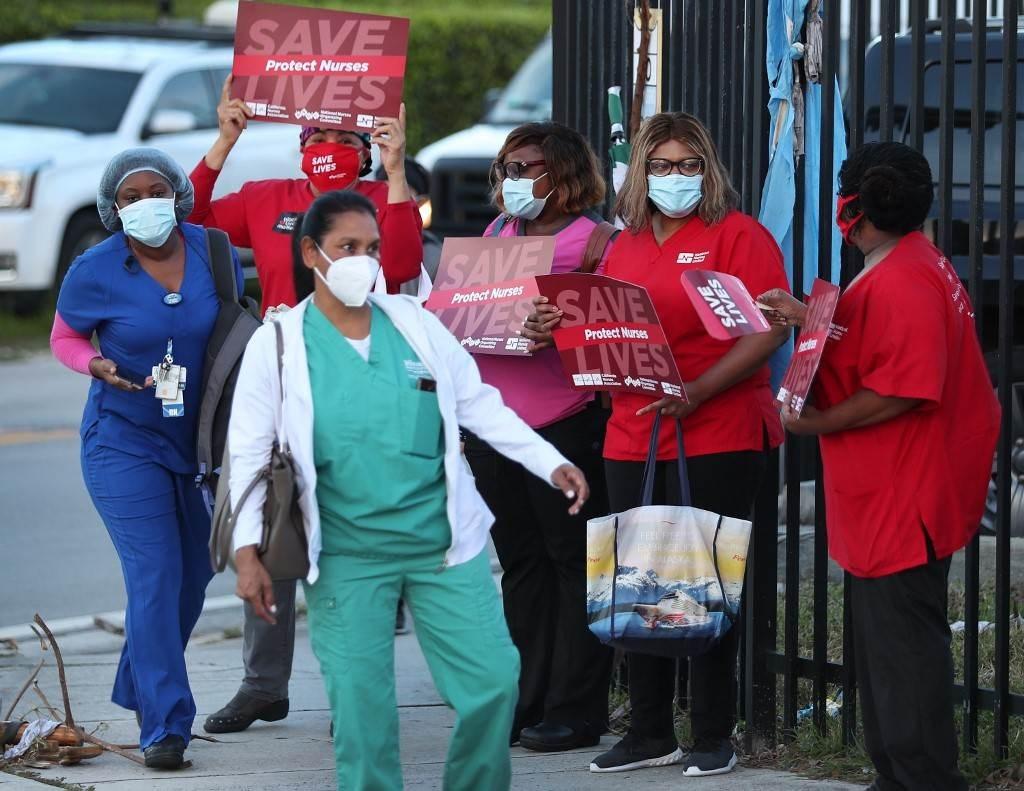مظاهرة أمام مستشفى تعالج مصابين بفيروس كورونا في ميامي (أ ف ب).