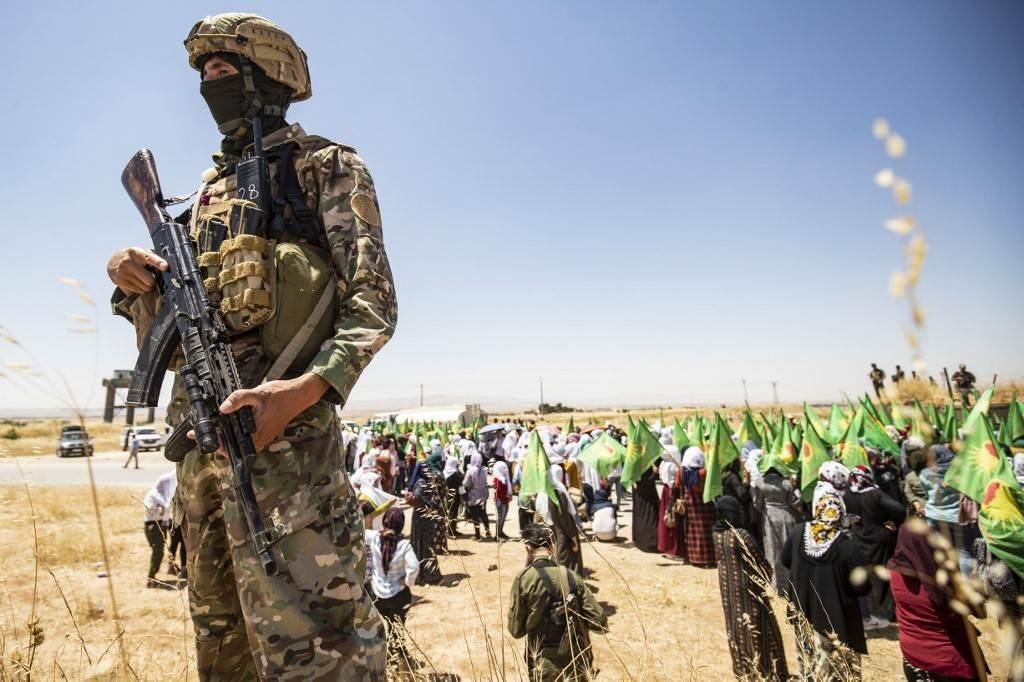 أحد أفراد قوات سوريا الديمقراطية أمام قاعدة أميركية في ريف محافظة الحسكة (أ ف ب).