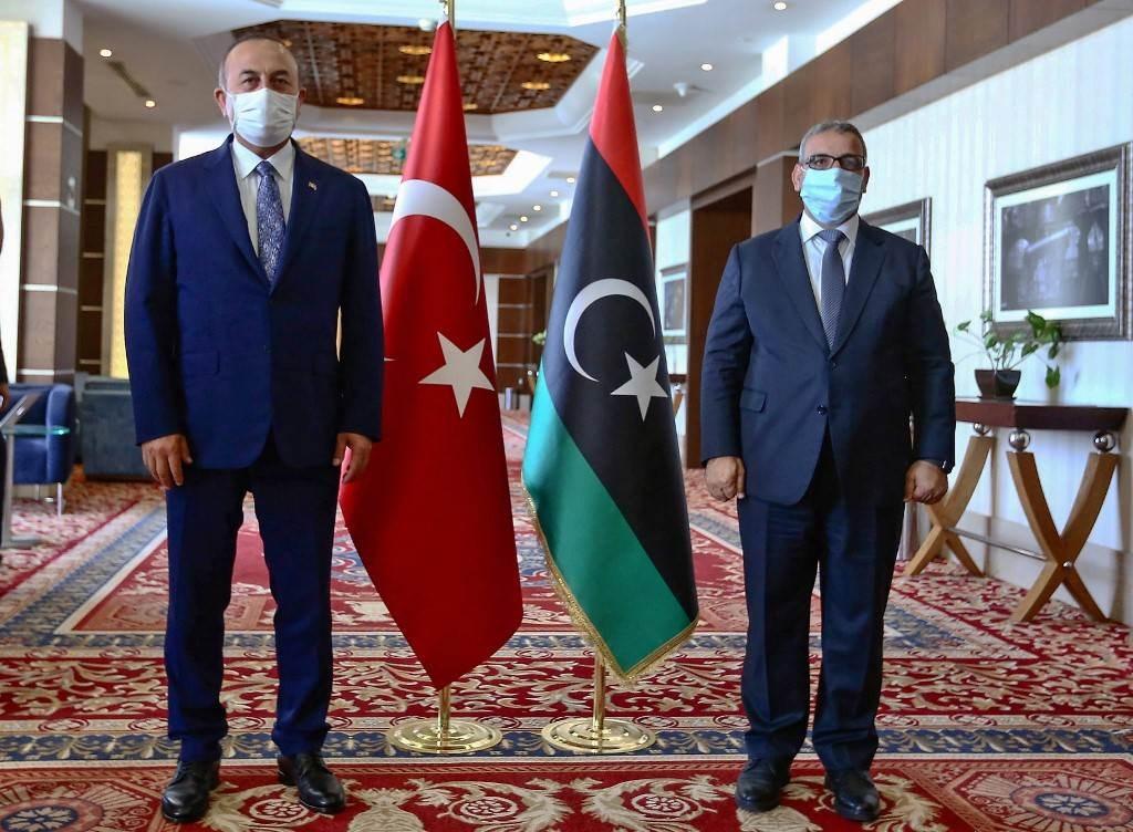 خلال اللقاء الذي جمع وزير الخارجية التركي مولود جاويش أوغلو برئيس المجلس الأعلى للدولة الليبي خالد المشري في طرابلس أمس (أ.ف.ب)