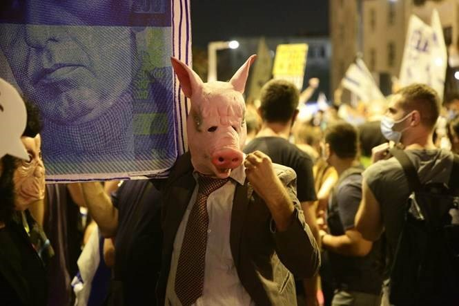 المتظاهرون الإسرائيليون دعوا نتنياهو إلى الاستقالة وقالو له