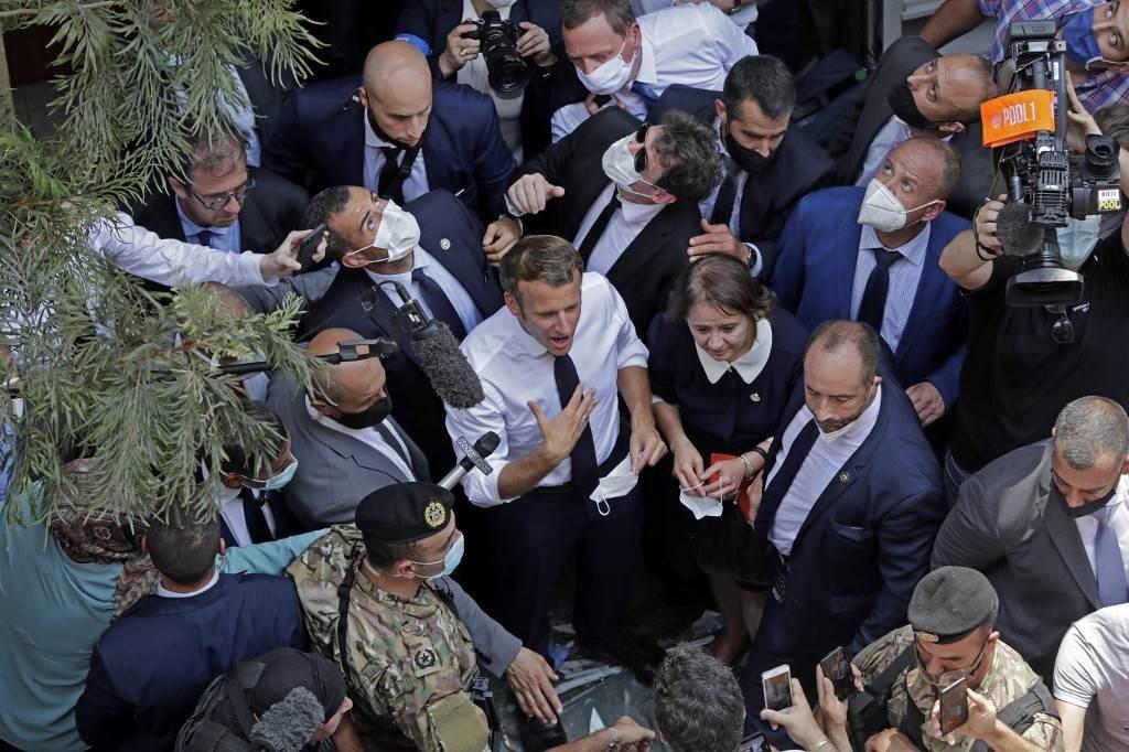 ماكرون خلال زيارته إلى لبنان بعد الإنفجار الذي وقع في بيروت (أ ف ب).