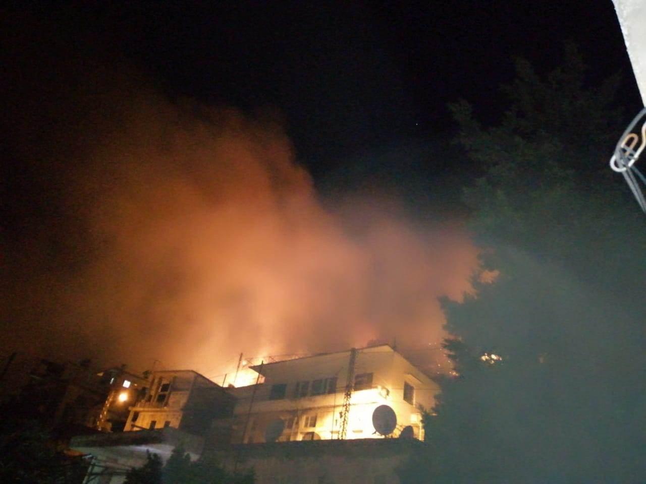 ألسنة اللهب طالت العديد من المنازل على أطراف البلدة من جهة جبل مشغرة. (مواقع التواصل الاجتماعي)