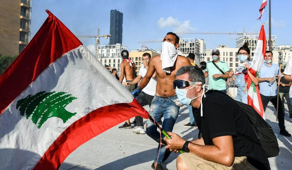 متظاهرون يشتبكون مع القوى الأمنية في وسط بيروت (أ ف ب)