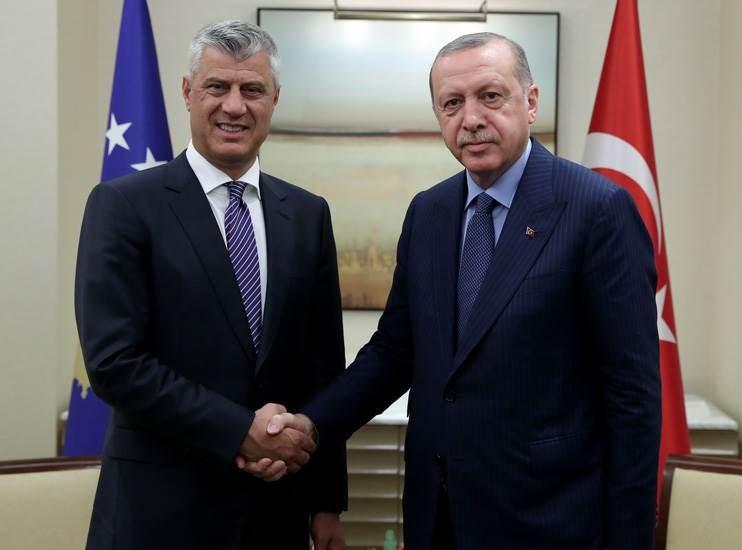 الرئيس التركي رجب طيب إردوغان ونظيره الكوسوفي هاشم ثاتشي