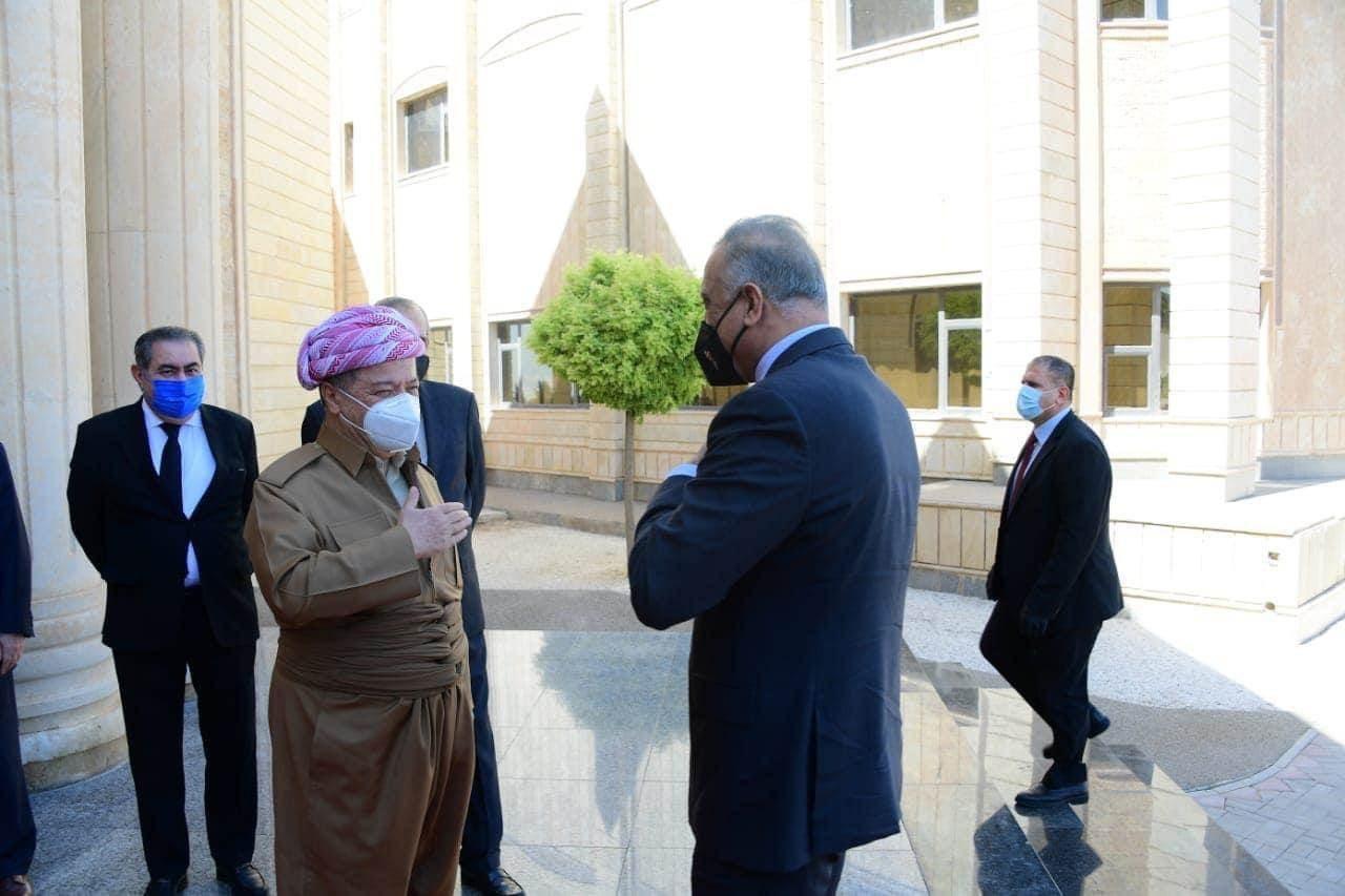 رئيس الحكومة العراقية مصطفى الكاظمي خلال لقائه رئيس الحزب الديمقراطي الكردستاني مسعود بارزاني