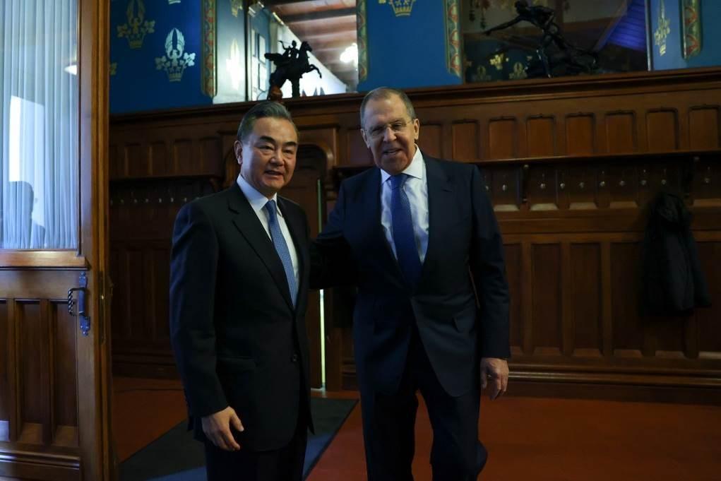 لافروف خلال لقائه وزير الخارجية الصيني وانغ يي (أ ف ب)