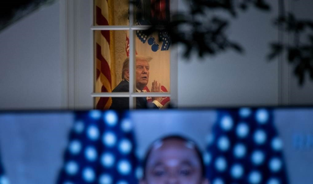 صورة للرئيس الأميركي جالساً على كرسيه داخل البيت الأبيض (أ ف ب - أرشيف)