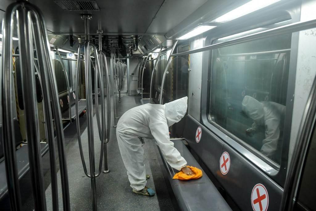 عامل يقوم بتعقيم عربة قطار مترو في كلكتا - الهند (أ ف ب).