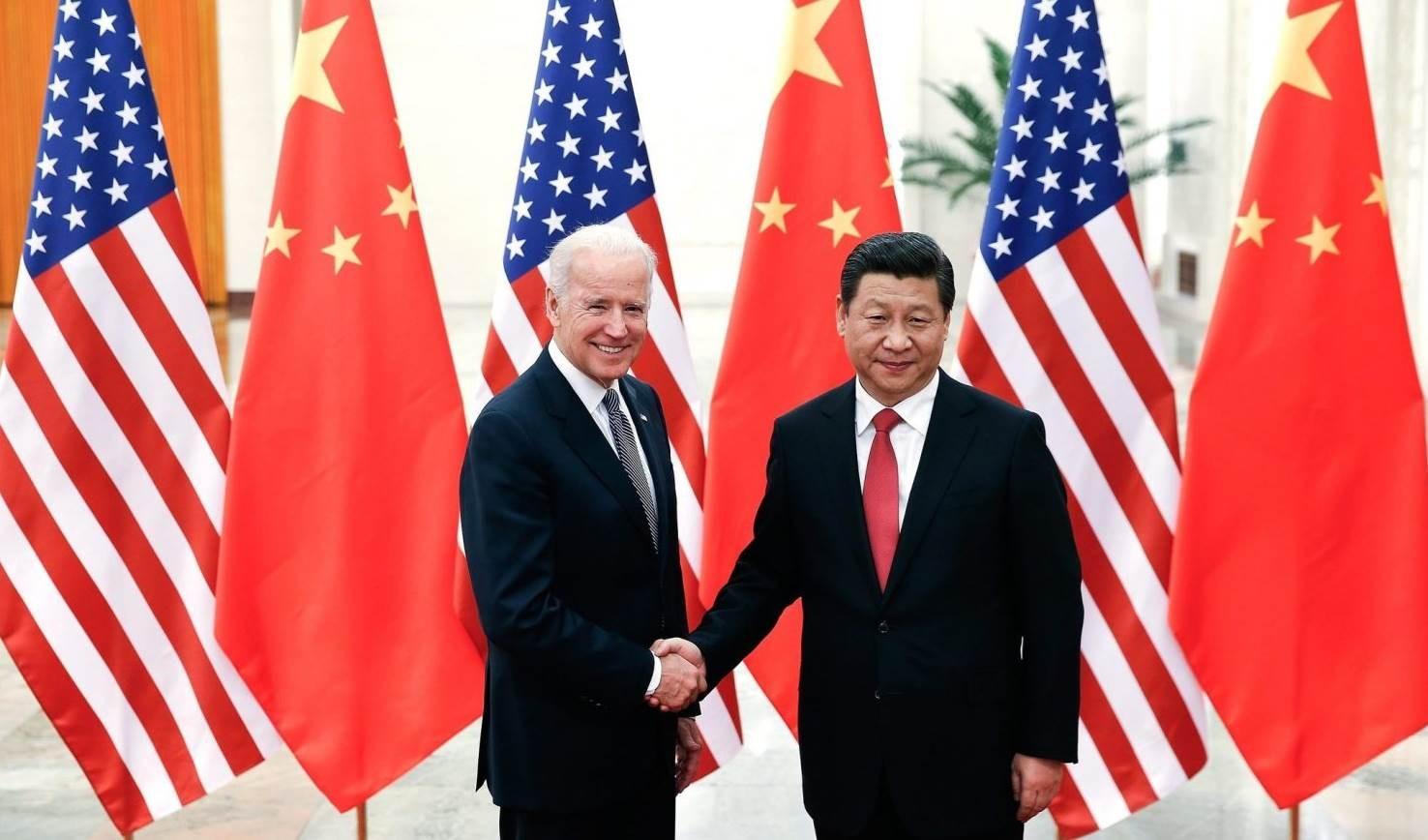 الرئيس الصيني شي جين بينغ مع جو بايدن في صورة من الأرشيف.