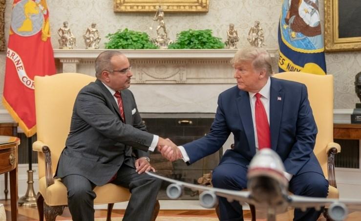 ولي العهد البحريني سلمان بن حمد آل خليفة خلال لقائه مع الرئيس الأميركي دونالد ترامب (صورة أرشيفية)