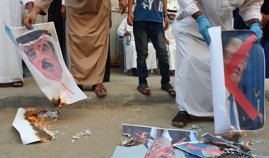 إحراق صور ملك البحرين في غزة