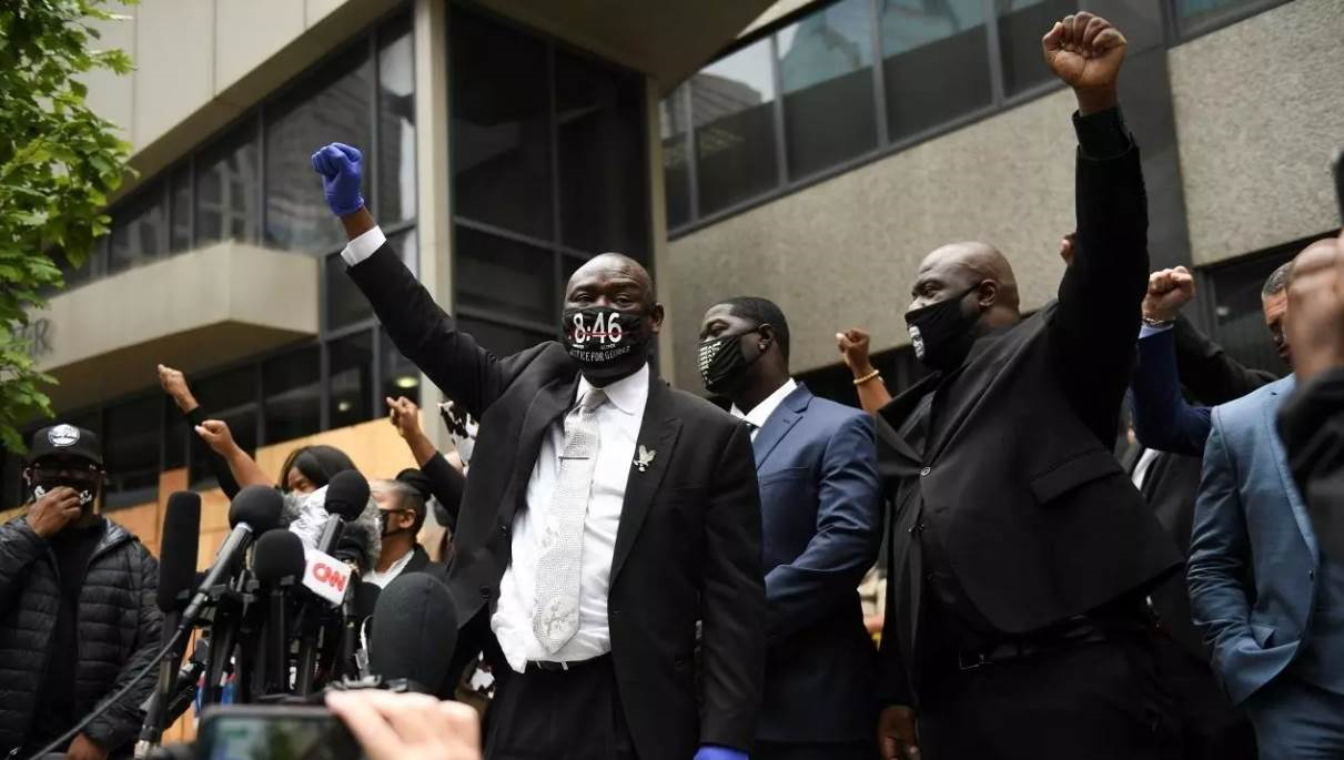 أفراد من عائلة فلويد برفقة محاميهم أمام محكمة في مينيابوليس (رويترز)