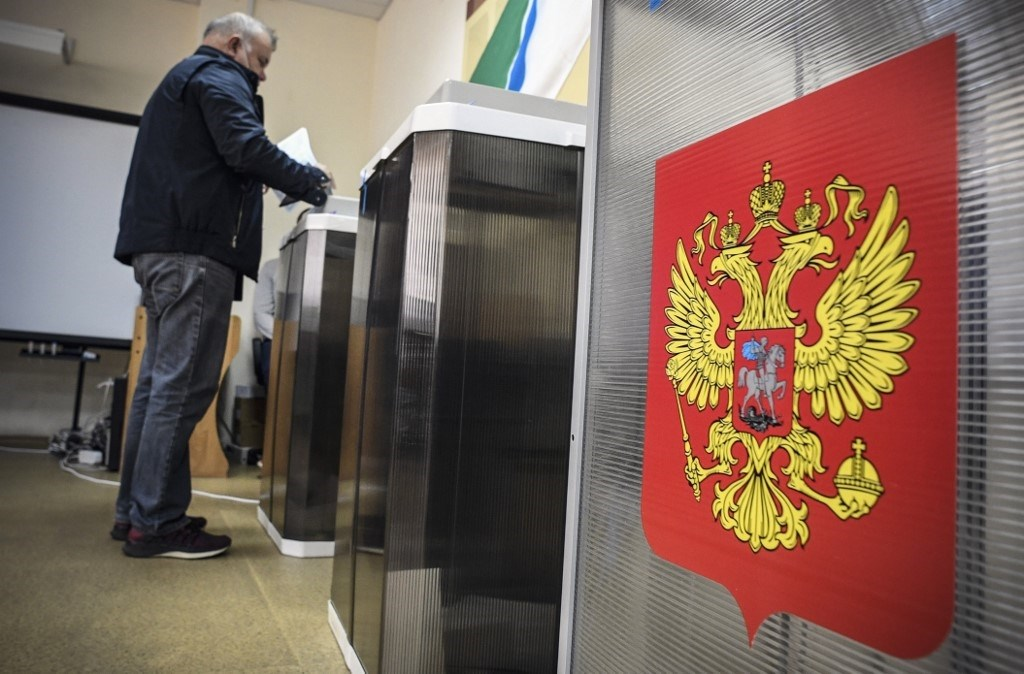 رجل يدلي بصوته في مركز اقتراع في نوفوسيبيرسك في 13 سبتمبر 2020 (أ.ف.ب)