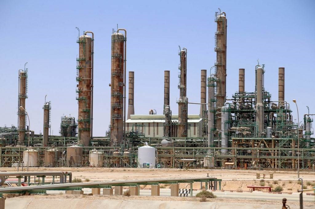 مصفاة نفط في بلدة رأس لانوف شمال ليبيا خلال حزيران/يونيو الماضي (أ.ف.ب)