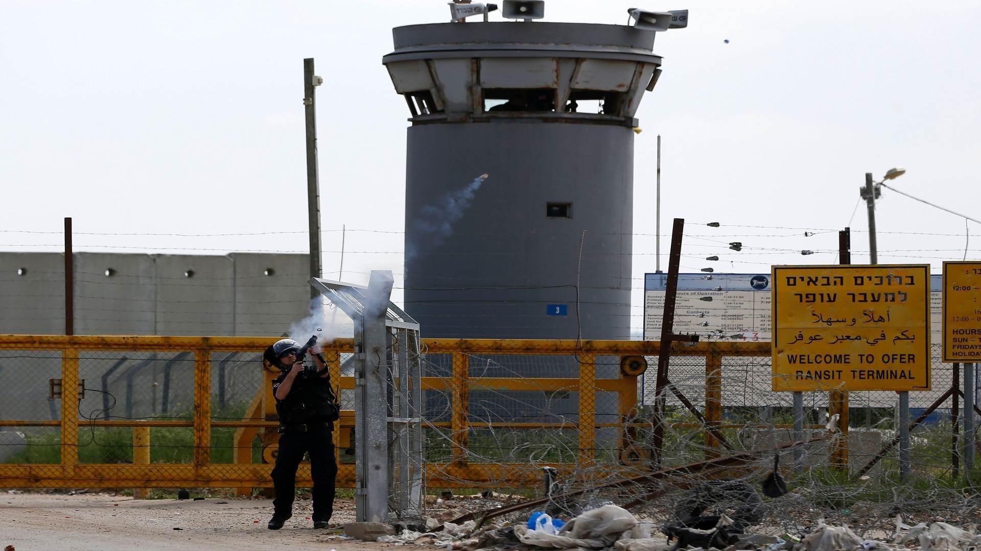 نادي الأسير: قوات القمع تقتحم أقسام الأسرى في سجن